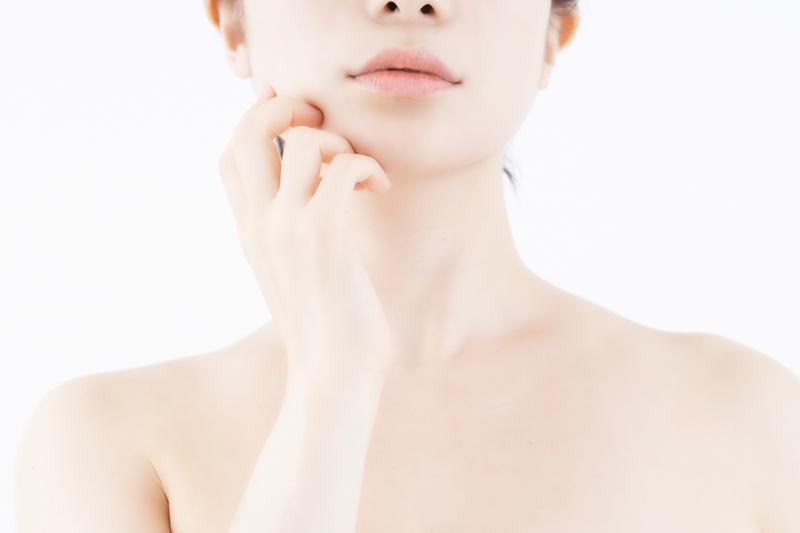 顎に手を当てる女性